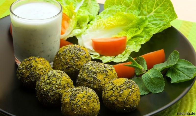 Falafel mit Chia Samen, Salat und Minzjoghurt