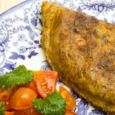 Omelett mit Chiasamen, Melisse und Tomatensalat
